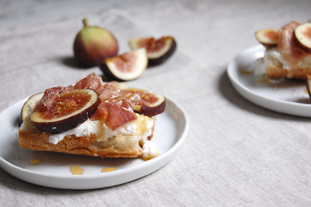 figs with baguette and honey on linen