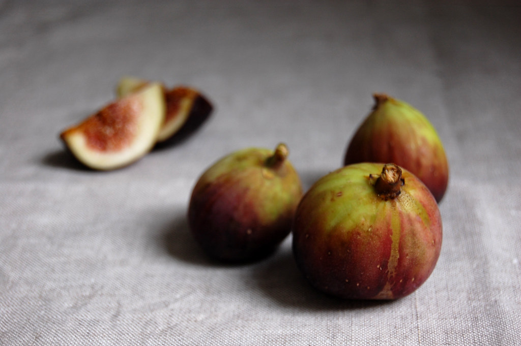bunch of seasonal figs