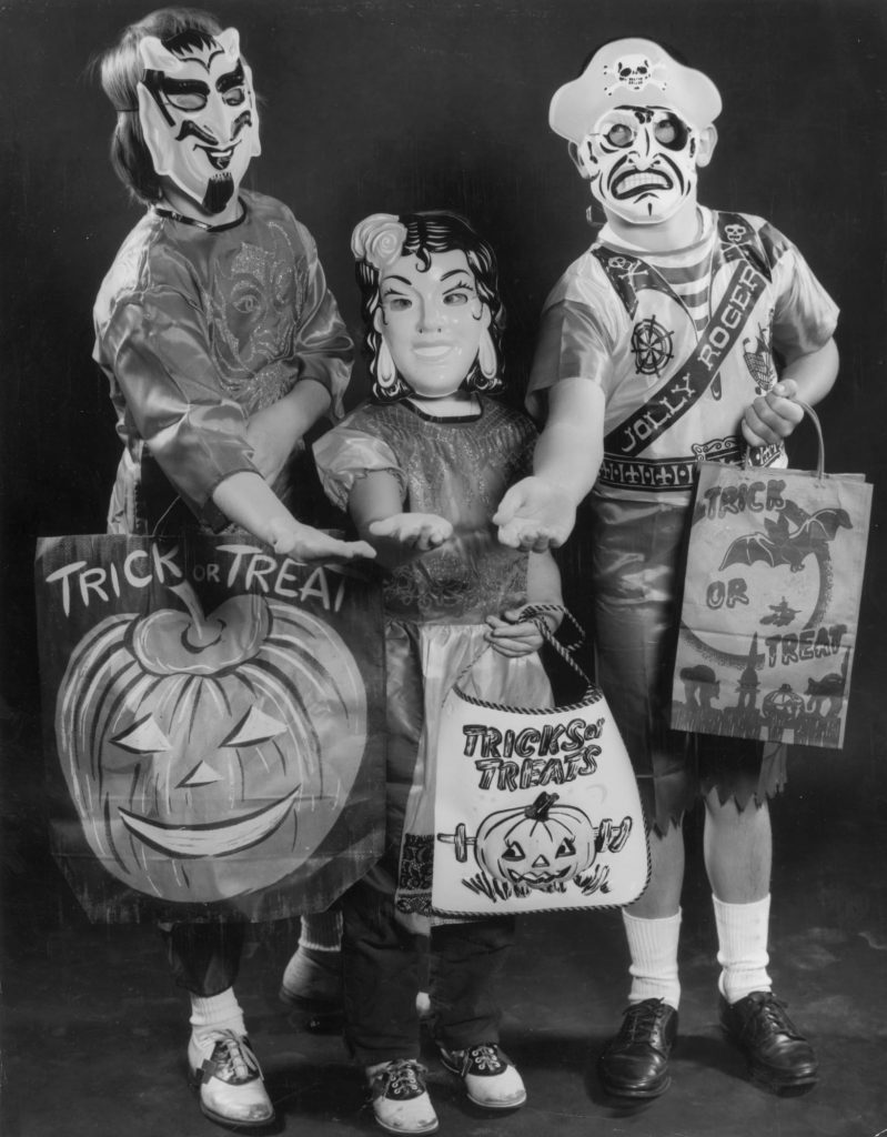 halloween trick-or-treaters 1950s