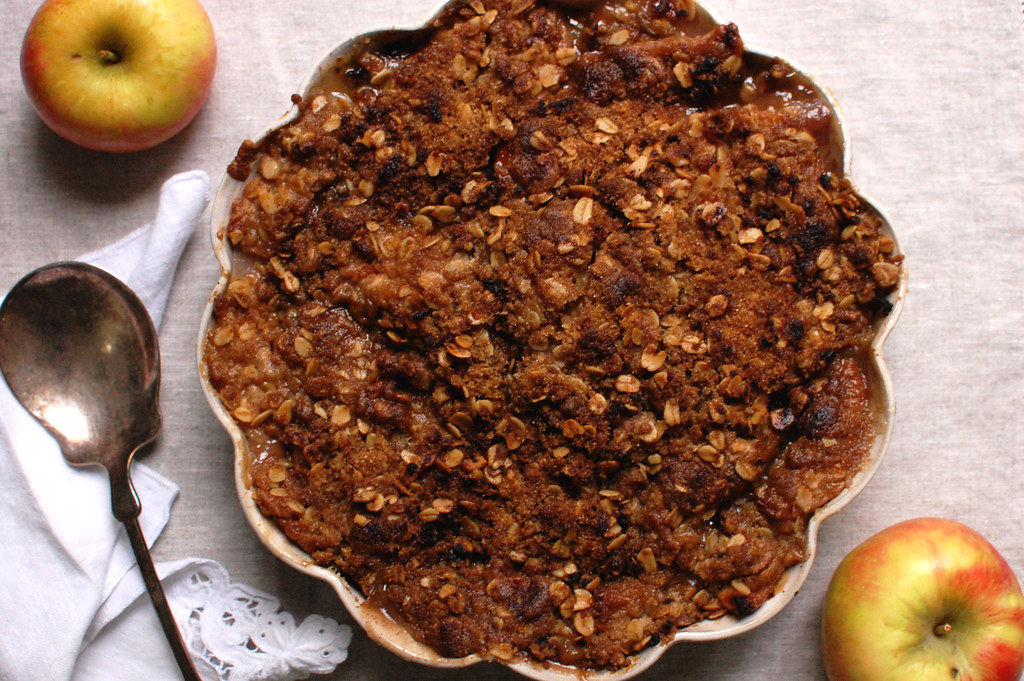 easy apple crisp with oatmeal streusel topping