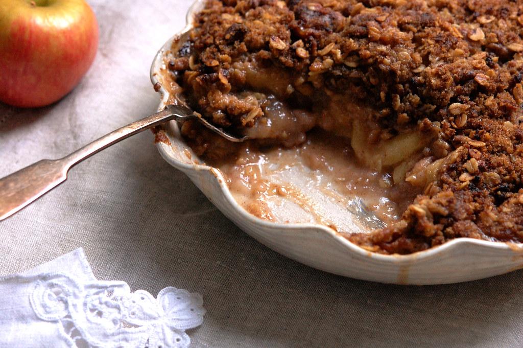 apple streusel pie in pie pan